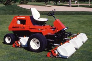 Jacobsen leads the way by producing the world's first riding greens mower in 1968, the Greens King™, which becomes the standard of the turf maintenance industry.